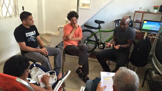 Algunos miembros de la MUAD reunidos en la sede de Somos+ en una sección de trabajo. (Facebook)
