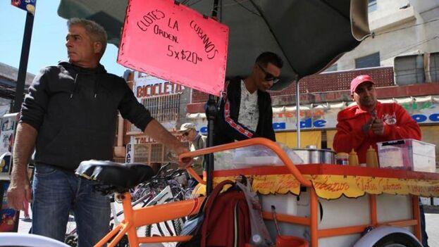 """Los migrantes de la Isla """"salían a la calle a vender comida, o se asociaban con alguna persona mexicana"""", que abrían algún restaurante y vendían comida cubana. (EFE)"""