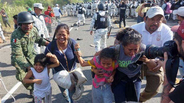 La policía mexicana impidió pasar a cientos de migrantes centroamericanos. (EFE/Juan Manuel Blanco)