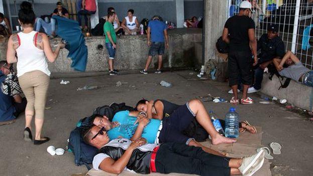 Los migrantes cubanos descansan en la frontera costarricense tras ser devueltos por el ejército de Nicaragua