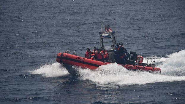 Los migrantes se encuentran bajo custodia de la Patrulla Fronteriza. (USCG)