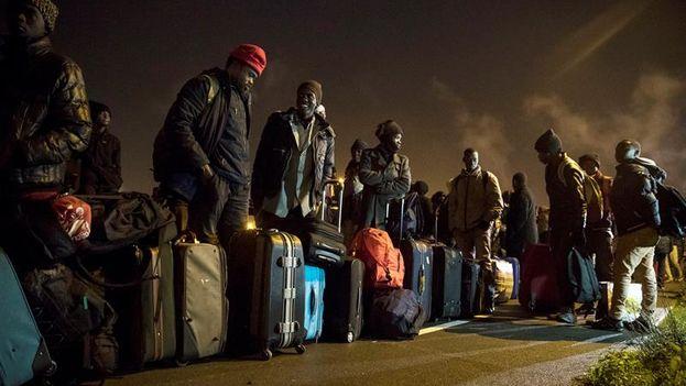Los migrantes serán trasladados a uno de los 450 centros de acogida que el Gobierno francés ha abierto. (EFE/EPA/Etienne Laurent)
