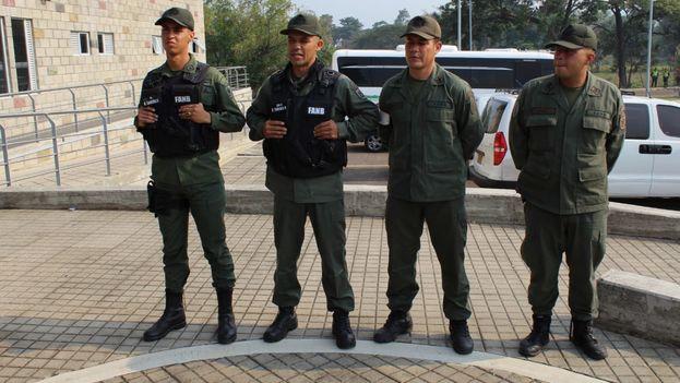 El grupo de militares venezolanos que esta mañana desertó hacia Colombia. (Migración Colombia)