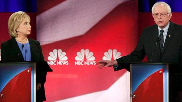 Un momento del debate entre los candidatos demócratas Clinton y Sanders