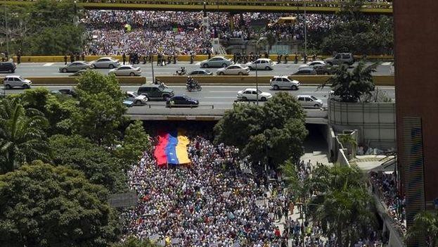 La multitud sale a las calles de Caracas para pedir el revocatorio. (Redes)