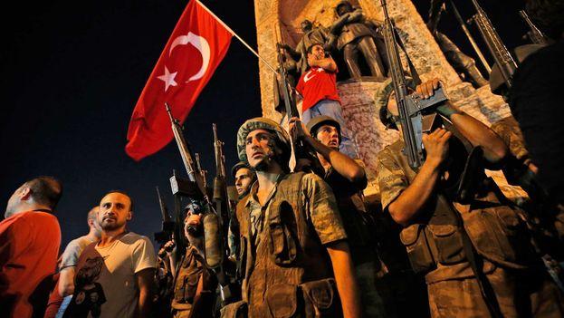 La multitud sale a las calles por intento de golpe de Estado en Turquía. (EFE)