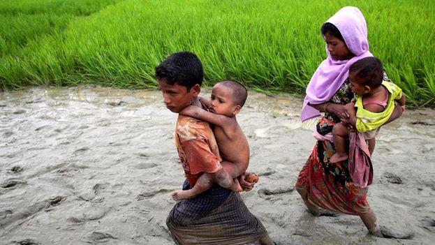 Una familia de la etnia musulmana rohinyá entra a Bangladesh después de huir de Birmania por el paso de Teknaf. (EFE)