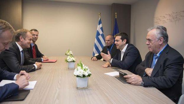 Las negociaciones entre la delegación griega y el presidente del Consejo Europeo, Donald Tusk. (@tsipras_eu)
