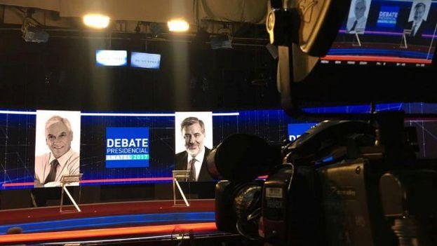 El debate fue emitido durante casi dos horas en el horario estelar nocturno por todos los canales de televisión abierta de Chile, radios y medios digitales. (@guillier)