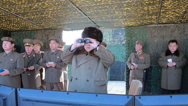 El líder norcoreano Kim Jong-un observa la prueba del nuevo cohete. (KCNA)