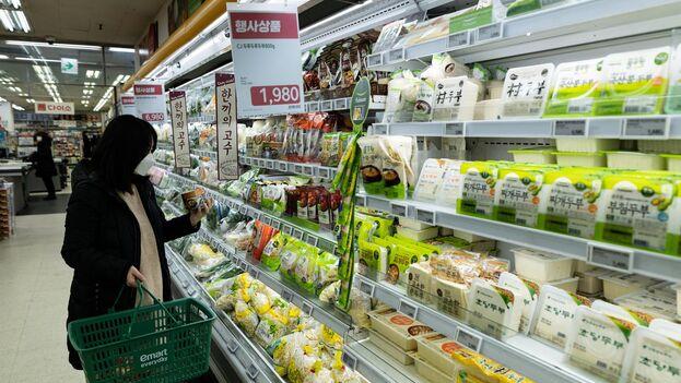 Los norcoreanos se asombran con la cantidad y variedad de comida que hay en los supermercados del sur. (EFE)