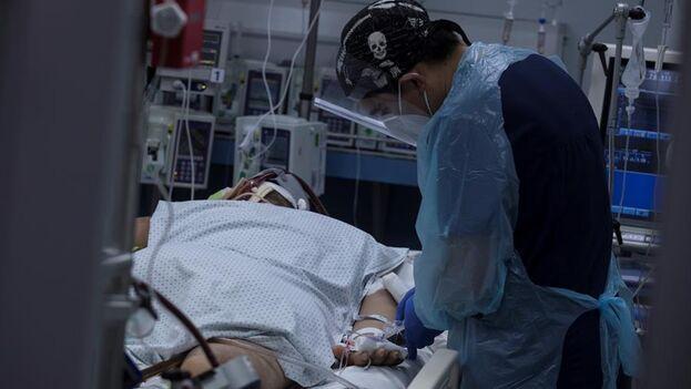 Con la ocupación hospitalaria al 95% y cifras récord de contagios debido a la expansión de nuevas variantes, Chile atraviesa el peor momento de la pandemia. (EFE)