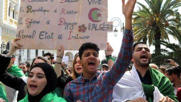 """""""Lo que está ocurriendo en Argelia es en realidad un golpe de Estado. Es el mismo régimen, los mismos ministros"""", denuncian."""