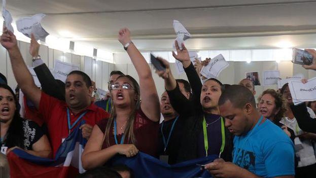 """Más de medio centenar de cubanos oficialistas y una decena de venezolanos boicotearon al grito de """"mercenarios"""" el inicio de la reunión entre representantes de Gobiernos y miembros de la sociedad civil. (EFE/Alberto Valderrama)"""