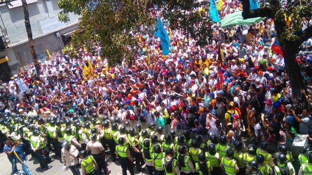 La oposición se manifestó este viernes por el revocatorio y en contra de la cumbre del MNOAL. (Twitter)