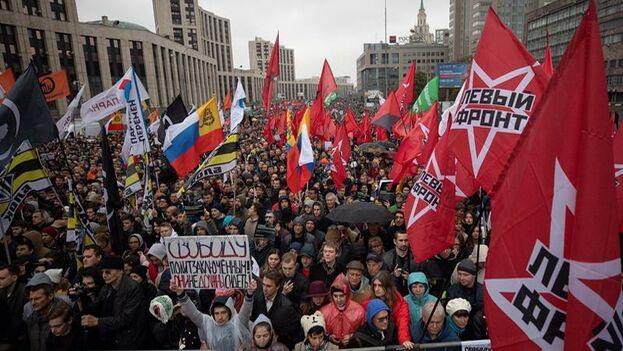 La oposición más radical intentó con esta marcha mantener viva la llama del movimiento que ha puesto en un aprieto al Kremlin por primera vez en mucho tiempo. (EFE/EPA/Sergei Ilnitsky)