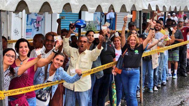 La oposición venezolana logró sumar este jueves la validación de 326.381 firmas. (MUD)