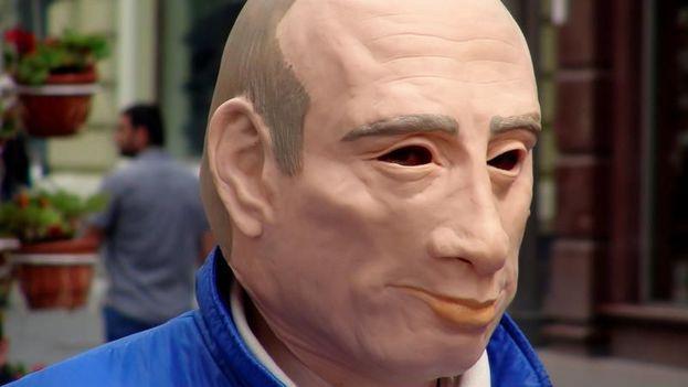 El opositor ruso que protestó con máscara de Putin pide asilo en Ucrania. (EFE)