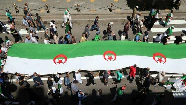 Una marcha opositora en las calles de Argel pide la caída del antiguo régimen. (EFE)