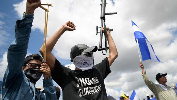 Los jóvenes opositores a Ortega ocultan su rostro frecuentemente, entre otras razones por temor a posibles represalias. (La Tribuna)