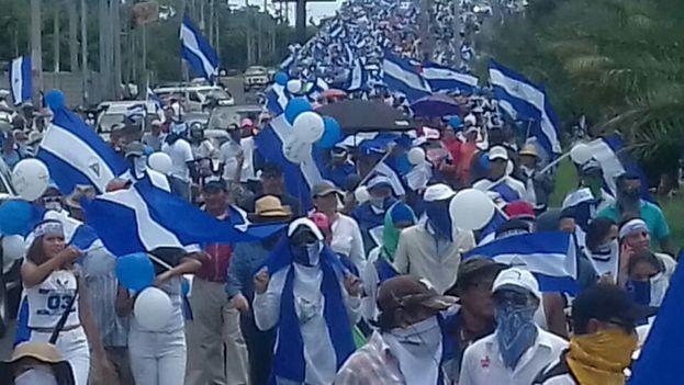 """Los opositores a Ortega volvieron a marchar este domingo reivindicando """"rescatar"""" a su país. (@SOSnicaragua11)"""