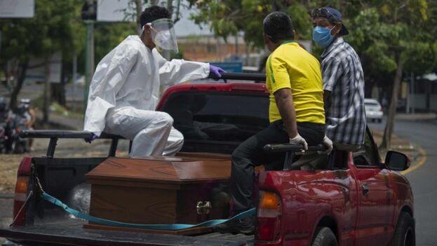 Desde que se negaron a obedecer la orden de no atender a opositores heridos por ataques armados de las fuerzas combinadas del Gobierno en protestas contra Ortega, en 2018, algunos de ellos sufren asedio. (EFE)