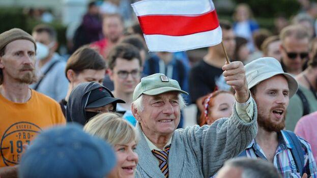 La organización de derechos humanos bielorrusa Vesná entrevistó a 450 víctimas de la violencia policial durante las protestas en contra de las elecciones presidenciales del pasado 9 de agosto, consideradas fraudulentas por la oposición. (EFE/EPA/Tatyana Zenkovich)