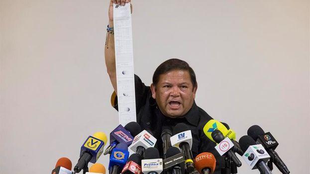 """""""Quizá ellos no pensaban que íbamos a contar con las actas originales que pudieran demostrar lo que ellos pretendían hacer"""", dijo Velásquez durante una rueda de prensa en Caracas. (EFE)"""