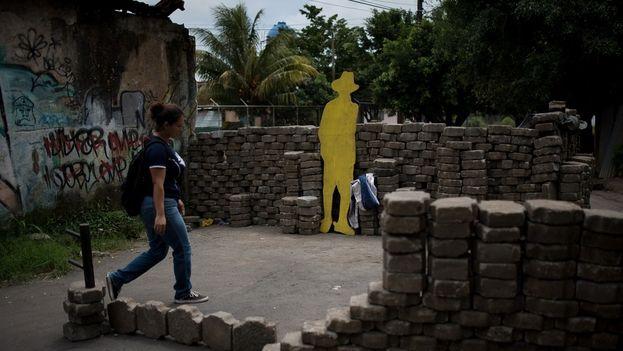 """Ante los ataques de los paramilitares y policías la población que se bautizó como """"autoconvocada"""" comenzó a levantar tranques y barricadas. (Carlos Herrera/Niú)"""