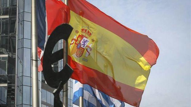 La bandera española, cerca del parlamento europeo de Bruselas, Bélgica. (EFE Archivo)