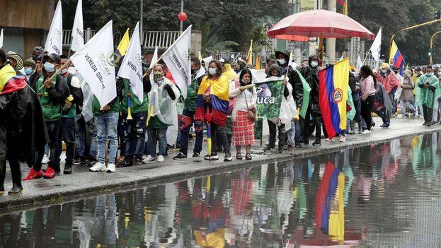 Unas 300 personas, convocadas por el Comité Nacional del Paro, se reunieron en el Parque Nacional de Bogotá con batucadas, globos y banderas con los colores nacionales y esperando que la lluvia les diera tregua. (EFE)