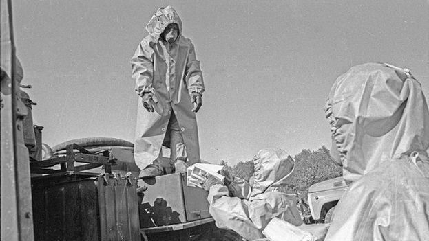 Unas 600.000 personas participaron en las labores de descontaminación. Se llamaron los 'liquidadores', apenas estaban informados de los riesgos y no llevaban la protección adecuada. En la imagen, unos hombres limpian la zona el 24 de mayo de 1986. (EFE)