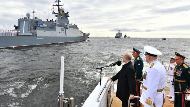 En la parada naval de este año también participaron cerca de 4.000 militares y 48 aviones y helicópteros. (EFE/EPA/ALEXEI NIKOLSKY/SPUTNIK/KREMLIN / POOL)