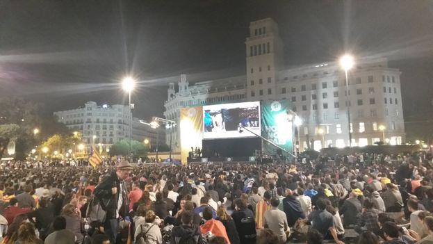 Los partidarios del 'Sí' se reunieron anoche en la Plaza de Cataluña, en Barcelona, para escuchar los resultados. (twitter)