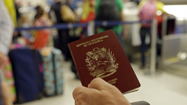 Un pasaporte de Venezuela. (EFE)