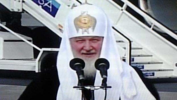 El patriarca ruso Kiril en el aeropuerto de La Habana. (Fotograma)