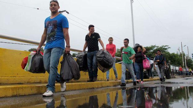 En el tiempo que permaneció abierta la frontera entre Venezuela y Colombia, durante 2016, hubo 16 millones de entradas y salidas entre los dos países. (EFE)