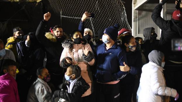 Los migrantes exigían que les permitieran esperar sus solicitudes de asilo en territorio estadounidense. (La Verdad)