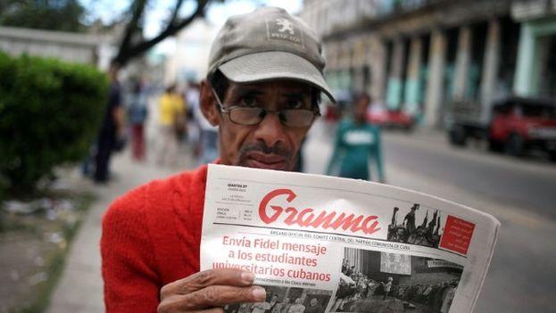 Una persona muestra el diario oficialista Granma. (EFE)