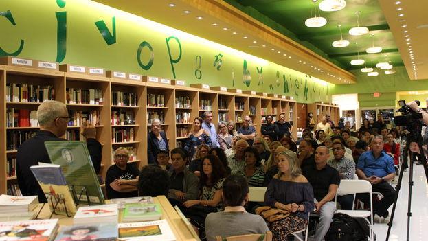 Unas 90 personas se dieron cita en la librería Altamira Libros para la presentación del libro 'El compañero que me atiende'. (14ymedio)