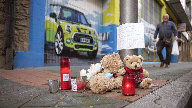 Las personas dejan mensajes y peluches en el lugar donde falleció la niña de 17 meses, víctima de abusos por un hombre de 30 años. (EFE)