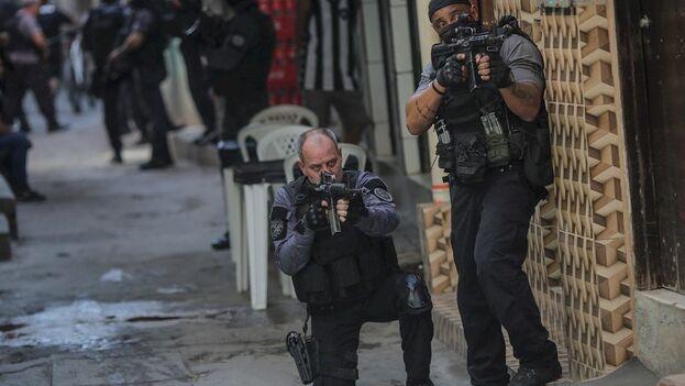 Al menos 25 personas murieron y otras cinco resultaron heridas en medio de un intenso tiroteo. (EFE)