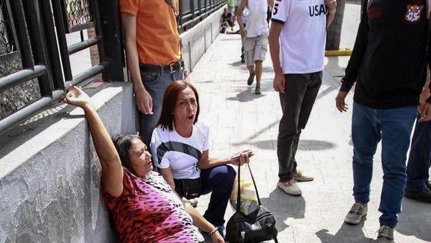 Un grupo de personas adeptas al oficialismo se enfrentaron a personas opositoras al gobierno nacional durante la consulta popular el domingo 16 de julio de 2017, en el oeste de Caracas. (EFE)