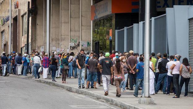 Un grupo de personas hacen fila en una calle el pasado 1 de junio del 2020 en Caracas. (EFE/Miguel Gutiérrez)