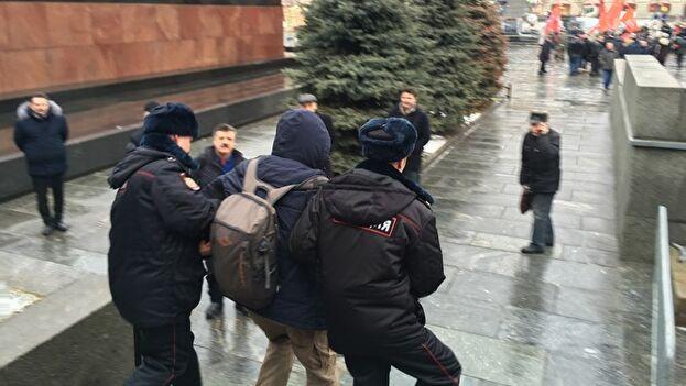 Los jovenes pertenecen a un movimiento que reclama la eliminación de símbolos del dictador. (Znak.com)