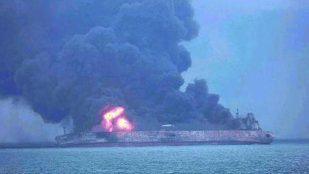 El petrolero lleva ardiendo desde el sábado y el riesgo tóxico y para el medio ambiente aumenta. (EFE)