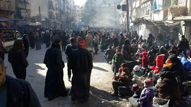 La población de Alepo este jueves a la espera de ser evacuada. (@hadeelalsh)