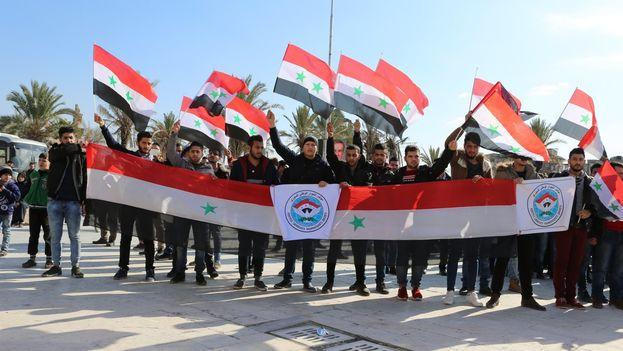 La población de Alepo marchó este lunes, pacíficamente, tanto a favor como en contra del congreso en Sochi. (@syrianconst)