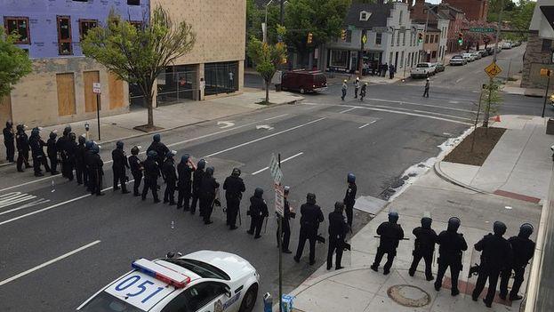 La policía de Baltimore asegura un perímetro durante los disturbios del lunes. (Flickr/Danielle_blue)