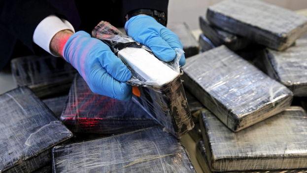 La policía inspecciona un paquete con drogas. (Archivo EFE)